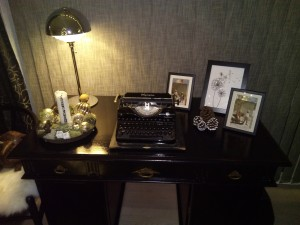 Gammelt brunt skrivebord shinet op med lidt sort maling